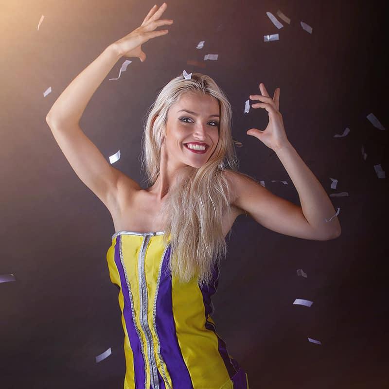 CIRCUS AMAZING SHOW Music Hall Lea Kyle magicienne bordeaux quick change costume