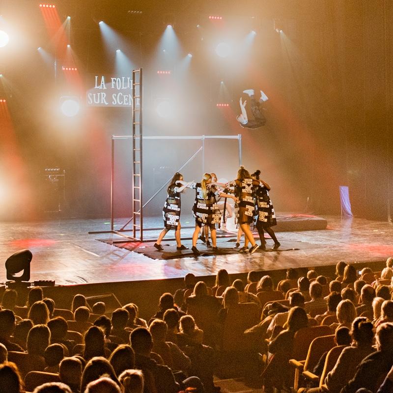 spectacle de cirque aerien danse jongleur La Folie Sur Scène