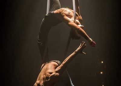 Duo aérien main à main tissu   CABARET ELECTRIQUE au Cirque électrique Photo: Hervé PHOTOGRAFF